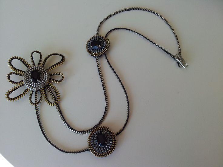 Collana con cerniere metalliche e fiore con strass : Collane di supercoach