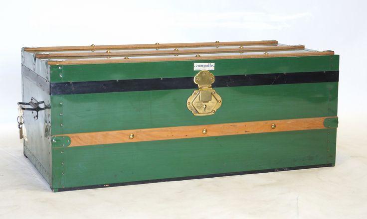 Een groenmetalen hutkoffer met houten banen en koperen beslag, Zumpolle