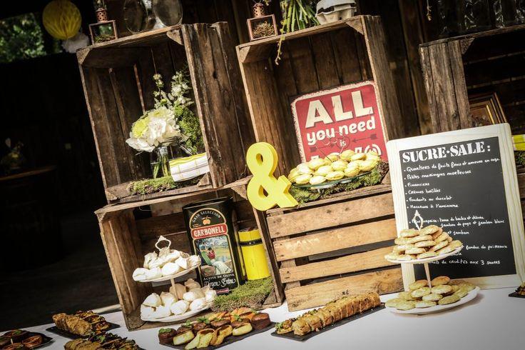 Mariage guinguette jaune et gris au Jardin des Martels / Buffet vin d'honneur avec cageots / Décoration: Joli coup de pouce / Fleurs: Poppy Figue