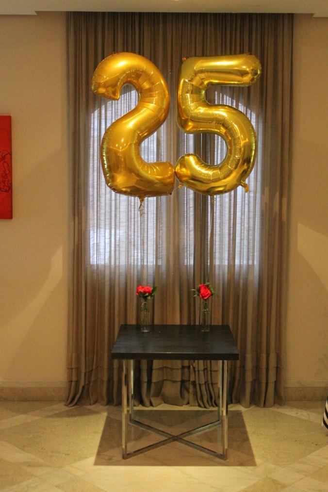 balões metálicos dourados festa 25 anos.