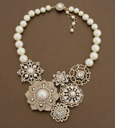 Vanhoista rintakoruista valmistettu kaulakoru on kaunis hääasuste. Brooch necklace for a wedding.