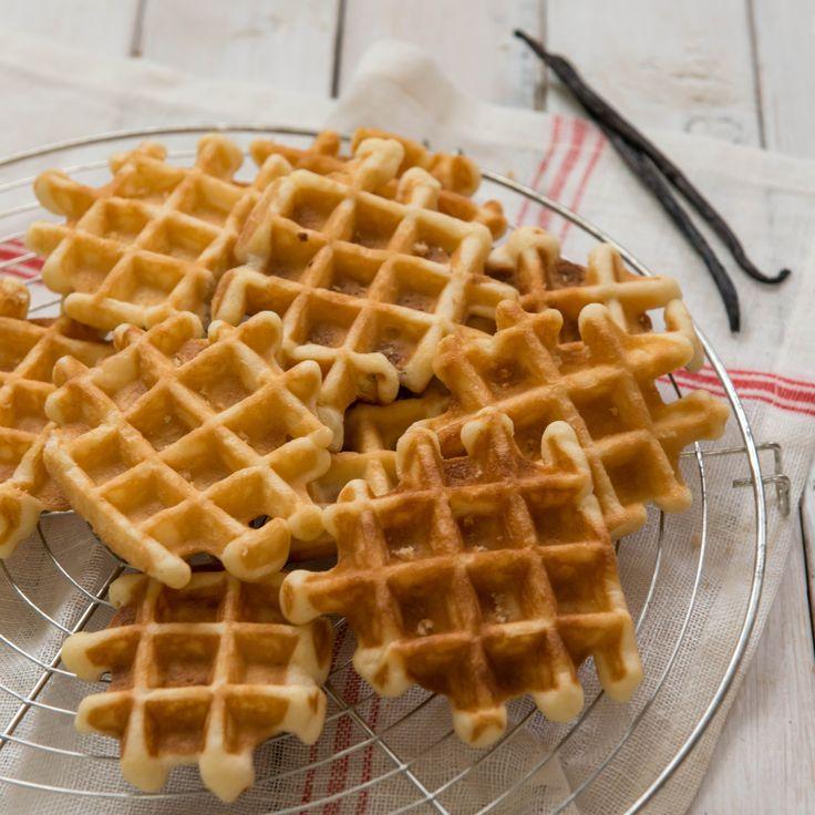 Foto: Joke Van den Heuvel Koude, natte dagen vragen om hartverwarmende recepten. Deze klassieke vanillewafeltjes bijvoorbeeld toveren gegarandeerd een glimlach op je gezicht! Ingrediënten(25 wafeltjes) 250 g zelfrijzende bloem 140 g witte suiker 10 g vanillesuiker Merg van 1 vanillestokje 3 eieren 200 g boter snufje zout Bereiding Smelt de boter op een zacht vuurtje. …Read more...