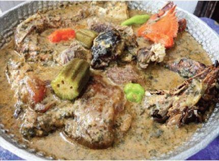 Dans une casserole, faites revenir la viande découpée en morceaux et les crabes quelques min. Ajoutez la pâte d'arachide délayée dans de l'eau. Portez à ébullition 20 min.  Salez et ajoutez l'oignon, les tomates, les piments, et les poissons fumés.  Portez à ébullition à feu doux pendant 30 min puis retirez les légumes et écrasez-les.  Ajoutez les légumes mixés et les feuilles de dah cuites et écrasées. Assaisonnez avec 1 cube d'assaisonnement et laissez mijoter la sauce 10 min.