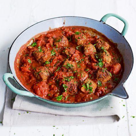 Gehaktballetjes smaken eigenlijk altijd wel goed. Deze Spaanse variant maak je met paprikapoeder, chilivlokken en tomatenblokjes. Smullen! Serveer met een stuk vers brood, verse pasta of een bolletje rijst.    1. Meng het varkensgehakt, het ei,...