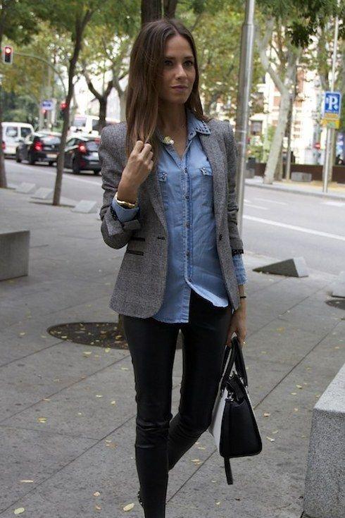 Lista para esa reunión de trabajo: camisa de denim, blazer gris, leggings tipo cuero y un buen bolso. | 18 Looks ideales para las chicas que son felices usando leggings negros