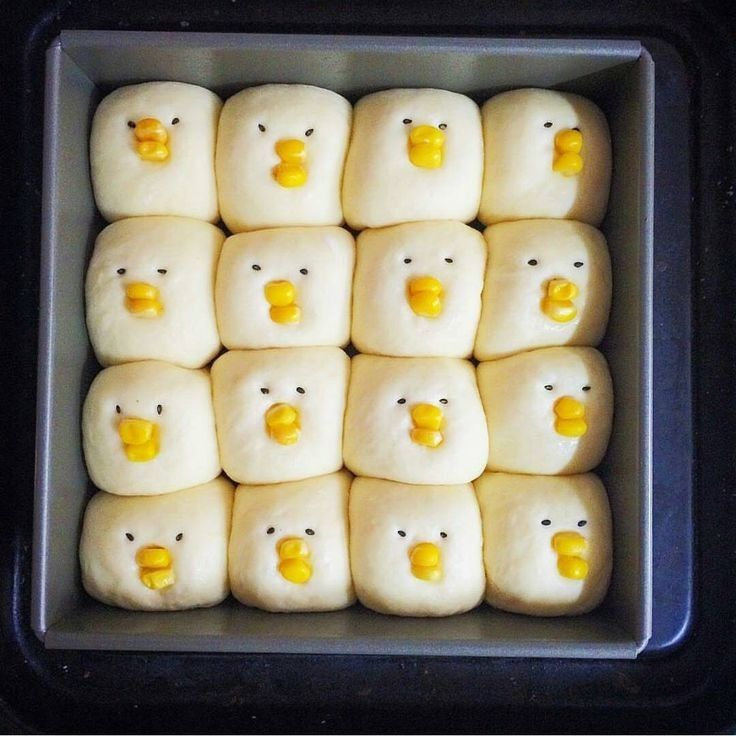 Idea stupenda per panini salati di Pasqua, il becco è fatto con il mais e per gli occhi si può usare il sesamo nero