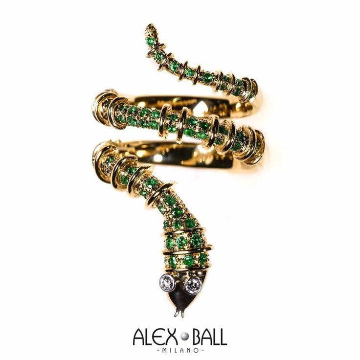 Opera d'arte a tema serpente. Anello in oro giallo 18k e smeraldi colombiani. con occhi in oro bianco e diamanti