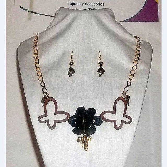 Collar 74: flor negra y dijes. Con aros. Ch$6.000.