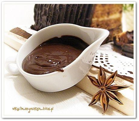 Polewa czekoladowa to bardzo popularny dodatek do ciast i ciasteczek, który nadaje wypiekom nie tylko estetycznego wyglądu, ale i poprawia ich walory smakowe.