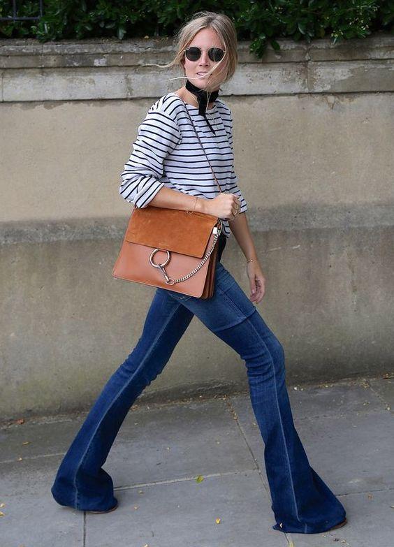 4835b5f40 Dupla estilosa: Listras + jeans. Lenço no pescoço, blusa de manga listrada,  calça flare, bolsa caramelo chloé