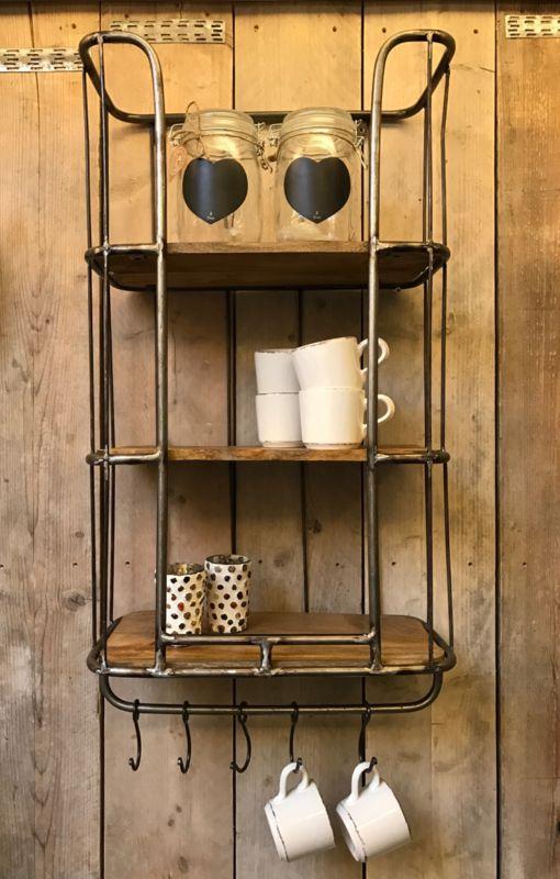 Dit industriële bakkersrek /  wandrek voorzien van stang en 5 verstelbare  haken. Dit rek is voorzien 3 legplanken. Het wandrek  plaats je  gemakkelijk in de keuken, woon- of werkkamer, of als extraatje voor op de slaapkamer. Dit Wandrek is een mooie decoratie voor in je huis en zijn voor meerdere doeleinden bruikbaar.  afm 75 x 47 incl haken 85 hoog