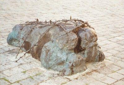 オーストリア、ウィーンの戦争とファシズムへの抵抗の記念碑。道路を磨かされているユダヤ人の形をしている。 Monument against War and Fascism at Albertina Platz, Vienna, Austria