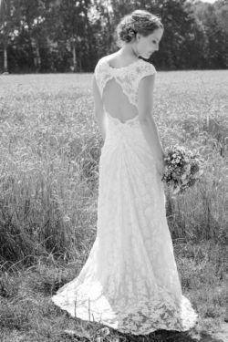Verkaufe ein wunderschönes Olvi's BrautkleidFarbe: Ivory, Größe: 36/38Originalpreis: 1299 €Beschreibung:  Hochzeitskleid aus edler Stretchspitze, Empire-Stil mit leichter Schleppe, besonderer Rückenausschnitt als absoluter Eyecatcher, eingearbeitete BH-Padseinmal getragenprofesionell gereinigtZustand: sehr gepflegtdie Länge des Kleides wurde auf 170cm Körpergröße   7cm Absatzschuh angepasst und kann gerne anprobiert werdenbiete passenden langen Schleier mit Spitzenumrandung auf VBBezahlung…