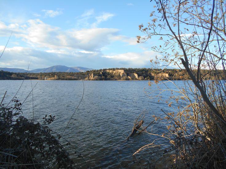 Cazalegas. El río Alberche cerca del embalse. Al fondo, los frailes de la Dehesa de Balmasaña en Castillo de Bayuela.