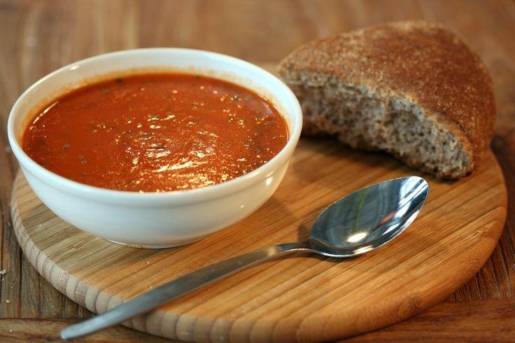 Deze bijzondere tomatensoep heeft extra pit door de toevoeging van de gegrilde paprika's. Je kunt paprika's zelf grillen in de oven en pellen, maar een pot is wel zo makkelijk! Je vindt het bij de Italiaanse producten in de supermarkt.