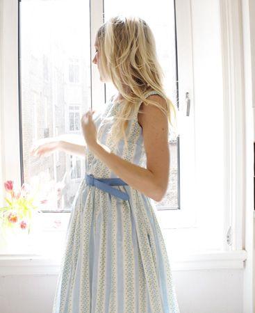 Sy en ljuv sommarklänning som minner om 50-talet. Klicka dig vidare för beskrivning och fina råd till nybörjare på Loppanpoppans blogg. Tips: Ge nytt liv till gamla lakan eller gardiner i mjuk bomull och sy fina kläder av dem.