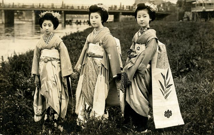 Maiko Momotarō and Friends by the River 1920s   by Blue Ruin 1