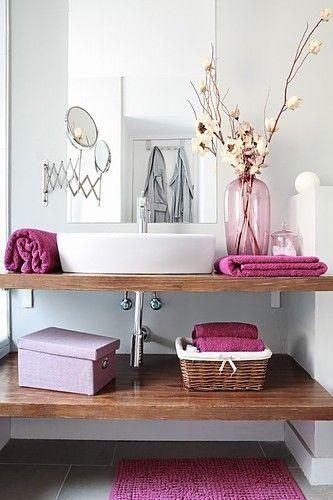 Baño con detalles y textiles en rosa, pink bathroom textiles and details.