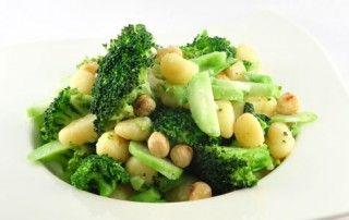 Gnocchi met broccoli en hazelnoten       700 gram broccoli     200 gram gnocchi di patate     50 gram hazelnoten     1 beetje peper     80 gram roomkaas met knoflook en kruiden     1 beetje zout