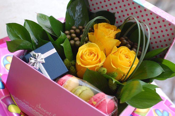 Surpriza cadou: flori, dulce si darul tau in cutie de cadouri