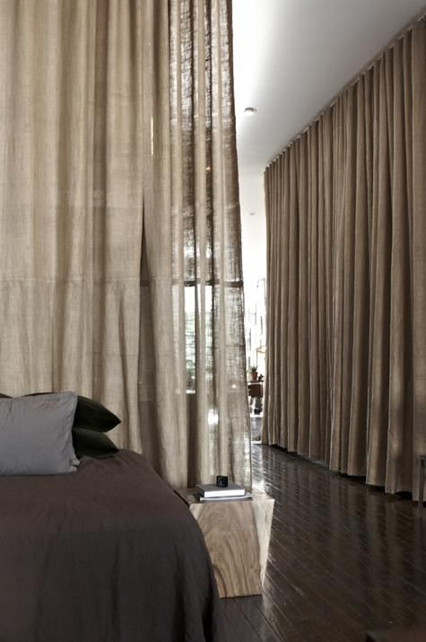 Designer Scott Newkirk's apartment - burlap curtains as room dividers, foto: Michael Mundy ~~