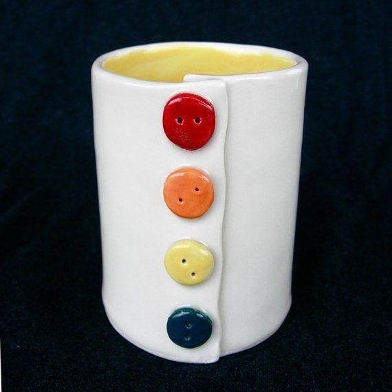 Esta taza fue construido a mano de una losa. Botones de arcilla cosen.    Esta taza es 4 x 3 de ancho alto. Sostiene 1.5 tazas (12 onzas) de