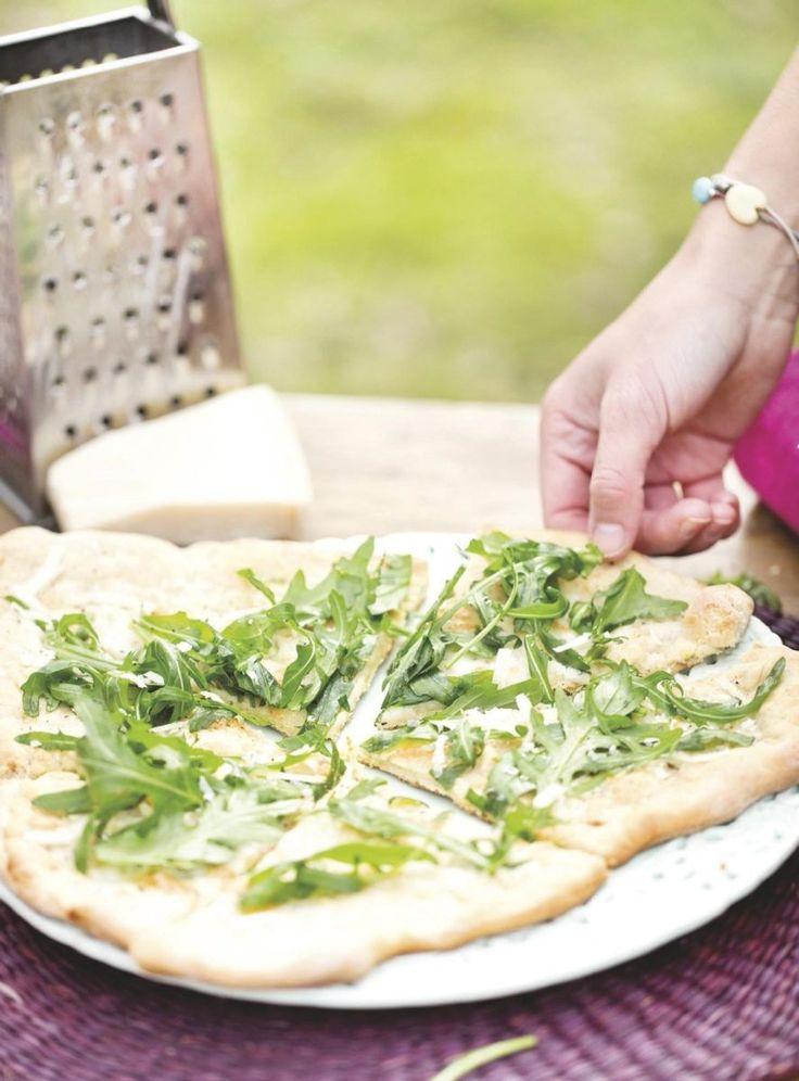 Witte pizza met buffelmozzarella en rucola - Big Green Egg - ( of gewoon op de BBQ)