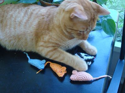 NyanPon's Knits and Crochet: My Cat's Favorite Mouse - Free Crochet Pattern