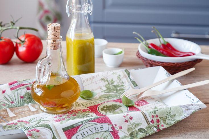 Ušetřete a vyrobte si vlastní ochucený olej, který můžete používat na zeleninové saláty, marinády i dipy. Máme pro vás recept na bazalkový olej za tepla i za studena. A navíc tip na krásné bylinkové prostírání.