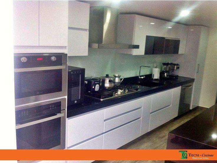 Cocina integral en pintura poliuretano con mesón en quarztone negro, diseñamos todo tipo de cocinas: grandes, medianas, pequeñas adaptándonos a tus espacios   #cocinasamedida