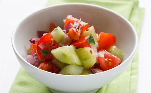Salade concombre et tomate tout en fraîcheur