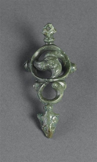 Applique de joug à motif de triscèle,  Provenant d'une tombe de la Fosse-Cotheret, IIIe siècle av. J.-C.,  © RMN-GP (MAN) /T. Le Mage