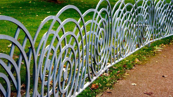 Schmuckzäune gibt es in den verschiedensten Formen und Farben. Wie in diesem Fall, ein ganz außergewöhnlicher Zaun mit kreisrunden Mustern. So ein Zaun wertet jeden Garten auf.  #Garten #Zaun #Schmuckzaun #Zaunbau #Zaunbauer