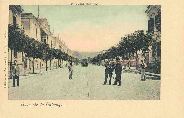 Σήμερα η Εθνικής Αμύνης στη διασταύρωση της με τη Μητροπόλεως. Τότε, λίγο πριν το 1900 ήταν η λεωφόρος Χαμιδιέ. Υπέροχη.