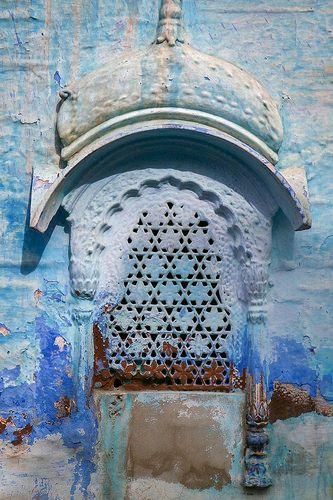 En güzel dekorasyon paylaşımları için Kadinika.com #kadinika #dekorasyon #decoration #woman #women Openwork small window Jodhpur Indiaジョードプル透かし彫りの小さな窓