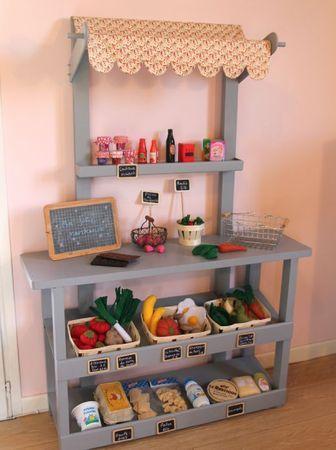 marchande : petits pots de confiture, bouteille de lait, camembert, boîte à oeufs...