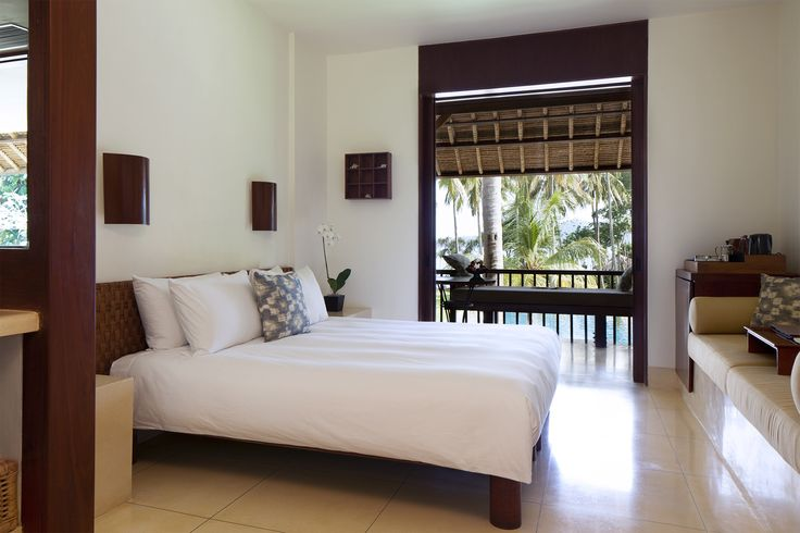"""The 34 sqm Deluxe Rooms on the upper level have a balcony with daybed. Enjoy new bedscapes comprising down comforters and soft high-thread-count bed sheets, a pile of plump pillows - and a new fresh, white look. The bedding is inspired by the niche brand """"Ploh""""."""
