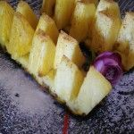 Ananas al forno. Dessert goloso.