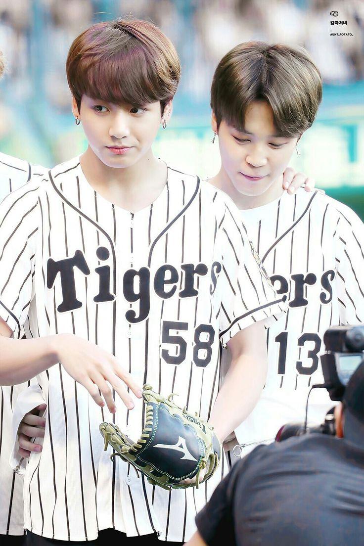Jimin & JungKook 02.06.17  #BTS na partida de baseball ⚾️ dos Hanshin Tigers vs. Nippon-Ham Fighters