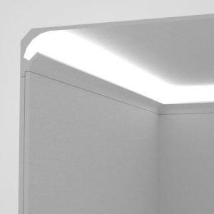 Prodotto: Veletta da incasso nel cartongesso tra parete e soffitto per l'alloggiamento di strip led per illuminazione indiretta Materiale: XPS (polistirene estruso) Rivestimento: bianco effetto gesso (resina a base di polvere di marmo bianco) Viene rasato e pitturato insieme al cartongesso con qualsiasi vernice per interno.  Strip led non incluse EL201 - profilo angolare per luce diffusa per angolo tra parete e soffitto Dimensioni: Lunghezza: 1150 mm Larghezza massima vano per la strip led…