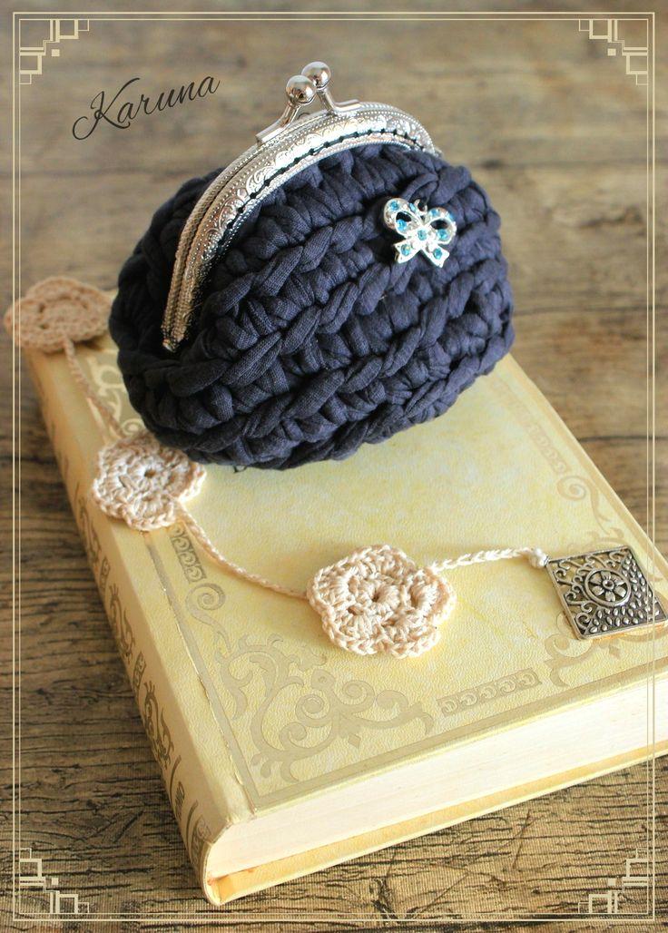 Coqueto y romántico monedero hecho a crochet con trapillo, estilo vintage.