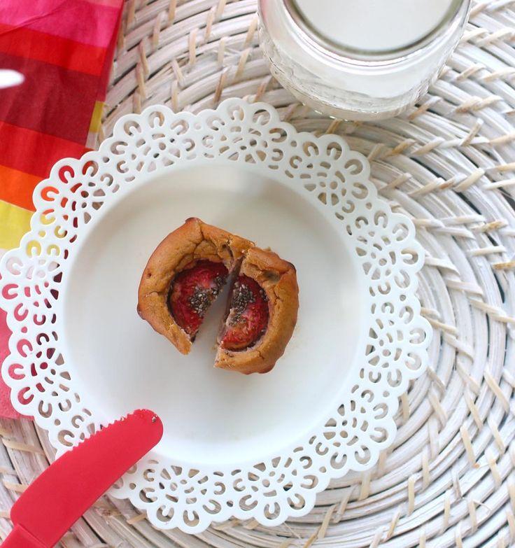 Lo prometido es deuda mis amores! Muffins de tu fruta favorita! De que lo harás tú?  . .  Muffins de fresa   Para los que aman las recetas fáciles y con #pocosingredientes INGREDIENTES  2 huevos 1/4 taza de avena 1 fresa por cada muffin ( puedes usar  banana piña manzana coco blueberry) 1/2 cdta de polvo de hornear 1 cdta de canela 2 cditas de endulzante (no azúcar) Use 1 scoop de proteína de vainilla @evolutionadavance pero si no usas no tienes que sustituir por ningun ingrediente…