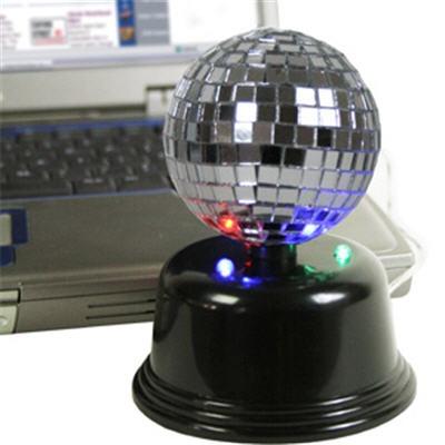 Tover de maandagmorgen op je saaie kantoor om in een lichtgevende disco met deze disco bal.    Plug deze simpel in je usb aansluiting van je Pc, mac of laptop en dance away...    Met ledlichtjes en draaiende spiegelbol    Geen software en batterijen nodig.