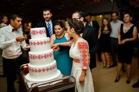Imagini pentru tort de nunta traditional
