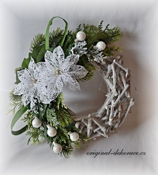 Vánoční věnec na dveře - věnec z větviček, šedá patina - bílé květy