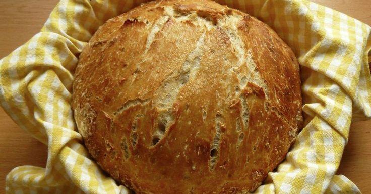 Není nic lepšího, než domácí pečivo, věřte mi. V době, kdy jsem tento recept objevila a začala péct, jsem odmítla jíst chléb z obchodu. Tento je mnohem lehčí na výrobu než klasický chléb, a přesto chutná naprosto neodolatelně.