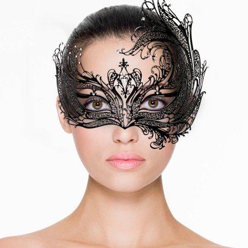 Open Venetiaans Masker - Zwart Dit prachtige open Venetiaanse masker van Easytoys is een geweldige accessoire die bij veel outfits past. Denk hierbij niet alleen aan een baljurk, maar bijvoorbeeld ook aan een combinatie met een verleidelijk lingeriesetje voor een extra sexy look. Op die manier wordt een avondje met je partner extra spannend. Het masker heeft een mooie asymmetrische vorm en is volledig opengewerkt. De diamantjes maken het geheel helemaal af.