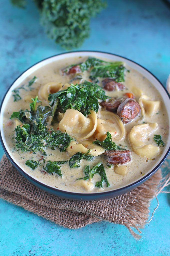 Olla de cocción lenta sopa de tortellini que se puede hacer en la olla eléctrica o Pot al instante!  Cremosa, cargado con salchicha de pollo, verduras, col rizada y tres tortellini de queso.