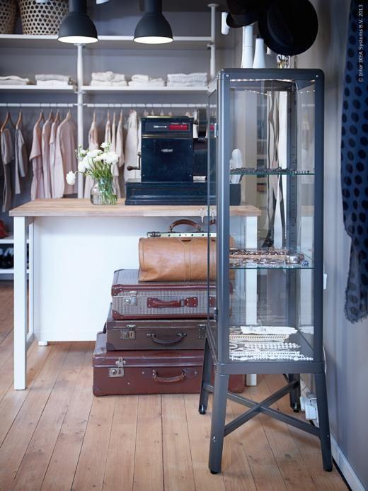FABRIKÖR vitrinskåp rymmer många accessoarer.