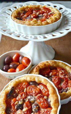 Dolci a go go: Mini tart di finta sfoglia con pomodorini datterini,olive e pinoli